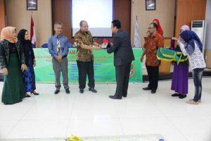 Penyerahan Kenang-kenangan oleh Dekan kepada Direktur SDM dan Umum PTPN III Ahmad Gusman Harahap